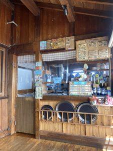 喫茶コーナーの注文口。右上にメニューがあります。